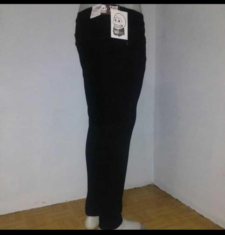 Celana chino warna hitam